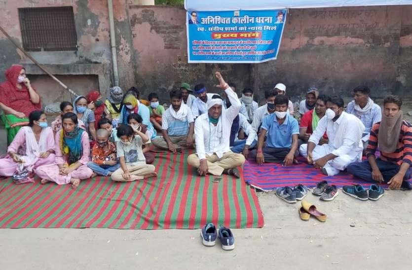 हनुमानगढ़ में अब पुजारी के भाई की भी हुई मौत, परिजनों ने जिला अस्पताल के बाहर लगाया धरना, चिकित्सकों पर लापरवाही का आरोप