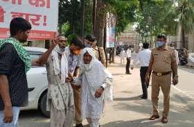 रामपुर में डीएम कार्यालय के बाहर बुजुर्ग ने किया आत्मदाह का प्रयास