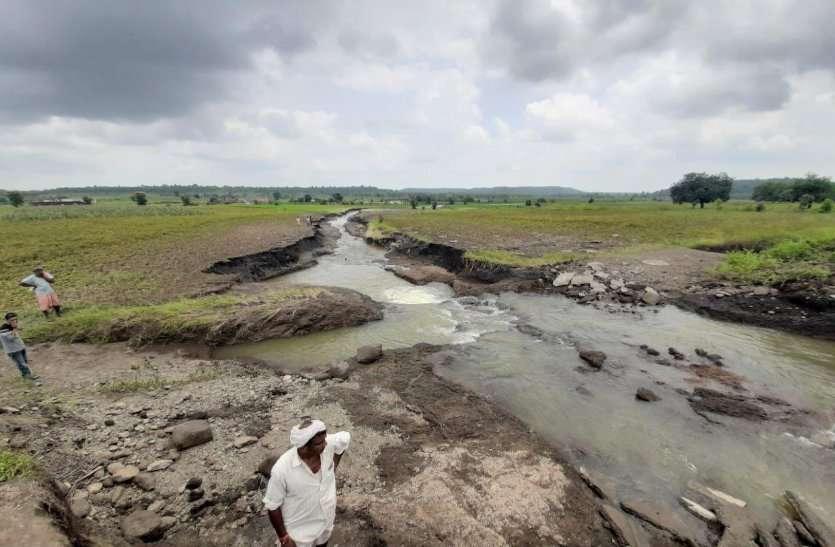 पानी के तेज बहाव से कागज की तरह टुकड़े-टुकड़े हो गई भ्रष्टाचार की नहर