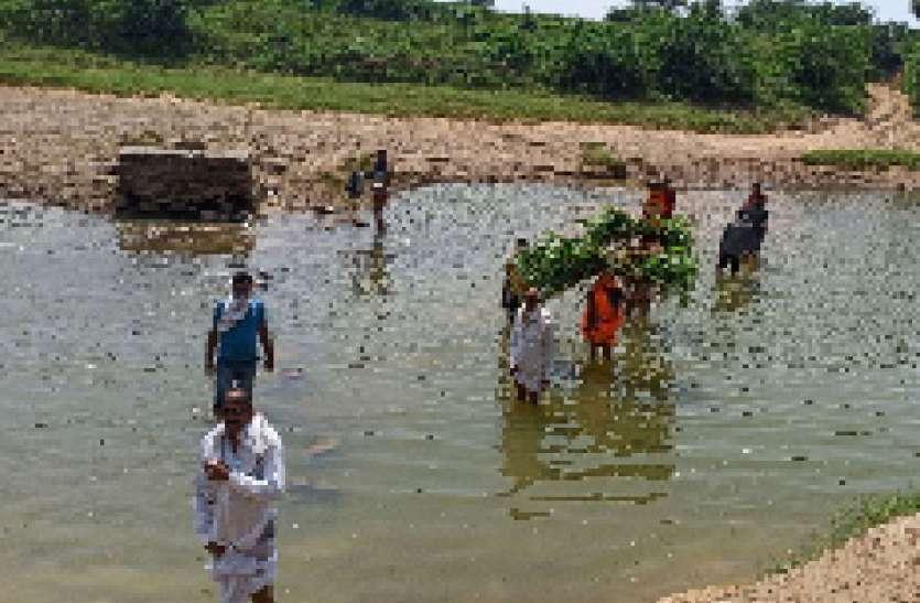 जान जोखिम में डालकर नदी पार करते हैं रोजाना ग्रामीण