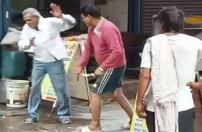 इंसानियत हुई शर्मसार: दबंग ने सरेआम बुजुर्ग को लोहे की रॉड से पीटा, वीडियो वायरल