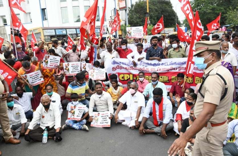कृषि बिल के खिलाफ चेन्नई में सीपीएम कार्यकर्ताओं का प्रदर्शन