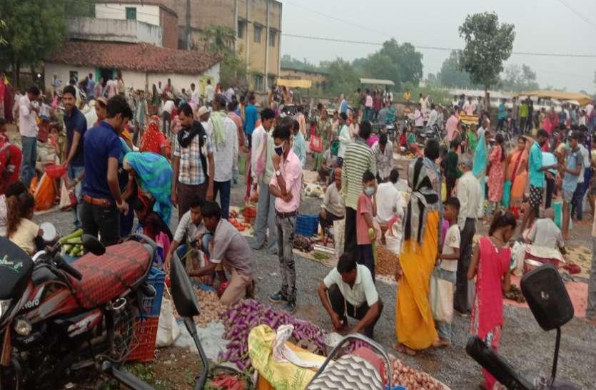सब्जी बाजार में उमड़ी भीड़