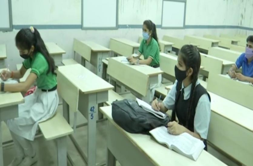 कोरोना संक्रमण के बढ़ते मामलों के बीच आज से खुल गए स्कूल, नियमित रूप से नहीं लगेंगी क्लालेस
