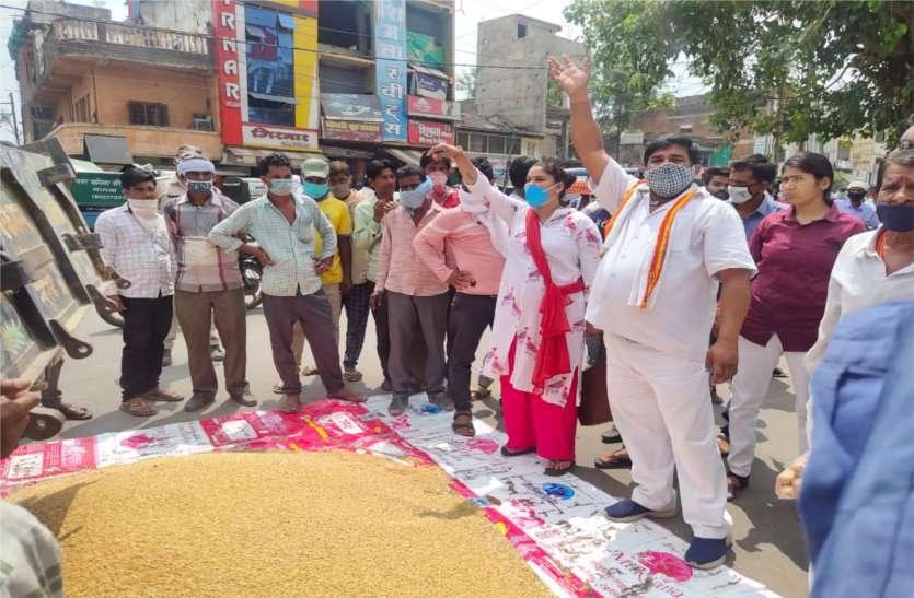 मंडी में बारह सौ रुपए क्विंटल में हुई गेहूं की नीलामी, किसानों ने गेहूं जमीन पर डालकर जताया विरोध