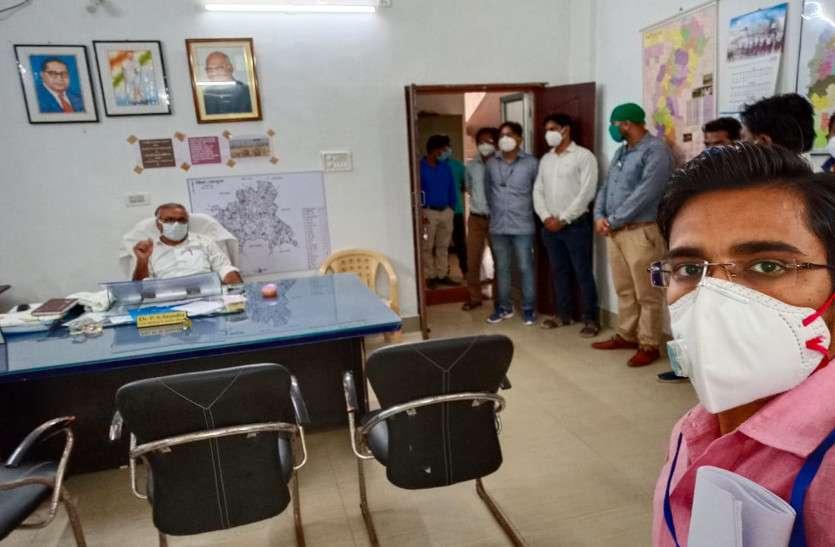 बर्खास्तगी के विरोध में 300 से अधिक संविदा स्वास्थ्य कर्मियों का सामूहिक इस्तीफा, कहा- गोबर बेचकर सरकार के लिए जमा करेंगे रुपए