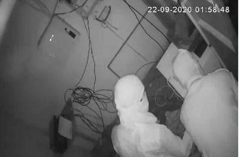 आधी रात SBI के ATM में घुसे दो नकाबपोश, सब्बल से मशीन तोड़ते ही बज गया सायरन, फिर...