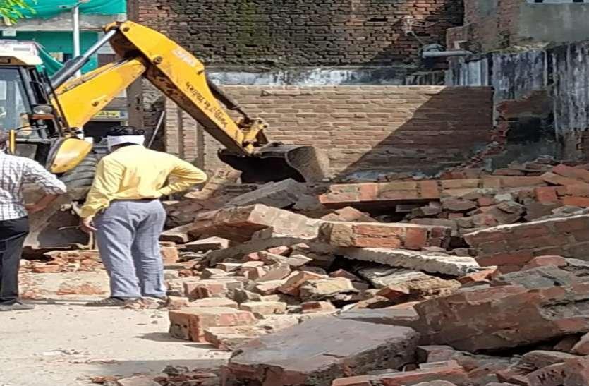 अतिक्रमण कर बनाई जा रहीं 12 दुकानें तोड़ी