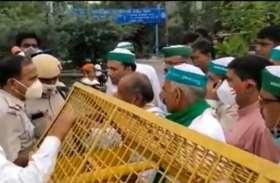 दिल्ली की आजादपुर मंडी में प्रदर्शन करने निकले किसान, बार्डर पर पुलिस से हुई झड़प