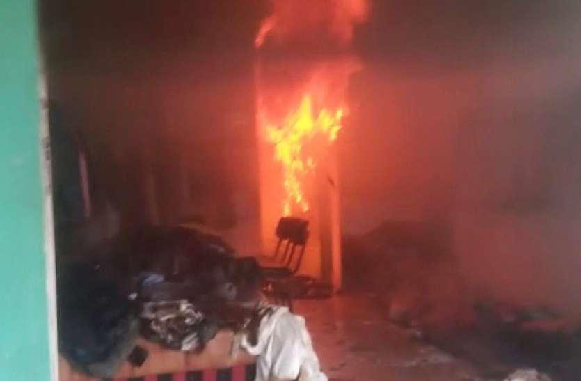 Bijnor: कपड़े के शोरूम में लगी भीषण आग, लाखों का कपड़ा जलकर खाक