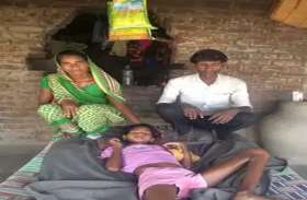 तेजबुखार से बच्ची बेहोश, होश में आने पर हो गई अपंग