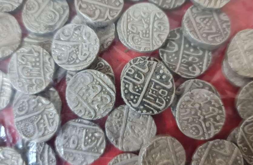 इंद्रभवन परिसर में खुदाई के दौरान निकला चांदी के सिक्कों से भरा हांडा