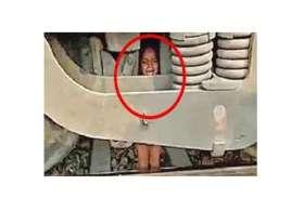भगवान का करिश्मा कहें कि रेल इंजिन में फंसा बच्चा बच गया