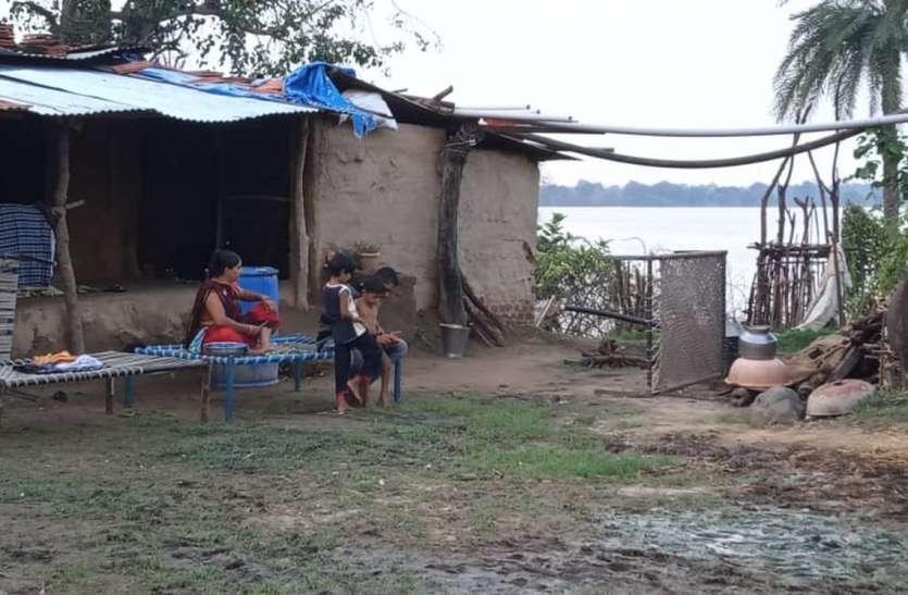 टापू बने गांव में रहने को मजबूर लोग, कई डूब प्रभावित हुए बेघर