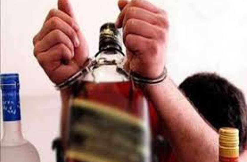 4 पुलिस ऑफिसरों पर गिरी गाज तो आबकारी विभाग ने पकड़ी 52 लीटर शराब, सरकारी शराब दुकान के 2 सेल्समैन व गार्ड बर्खास्त