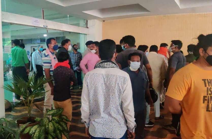 BSP कर्मी की निजी अस्पताल में मौत के बाद जमकर हंगामा, थाने पहुंचे परिजन, रिपोर्ट नेगेटिव थी फिर भी रखा कोविड मरीजों के साथ