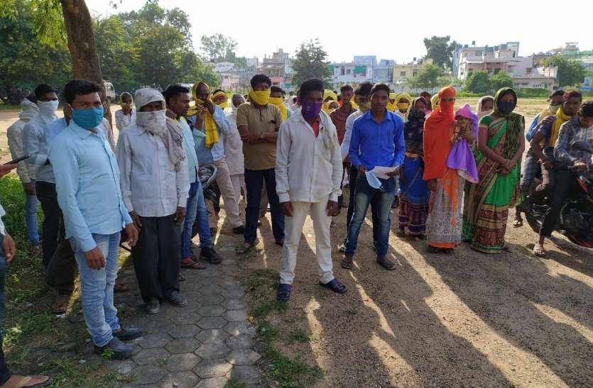 Against police: पुलिस के खिलाफ खड़े हुए गांव के सैकड़ों लोग, क्या है वजह पढ़ें यह खबर