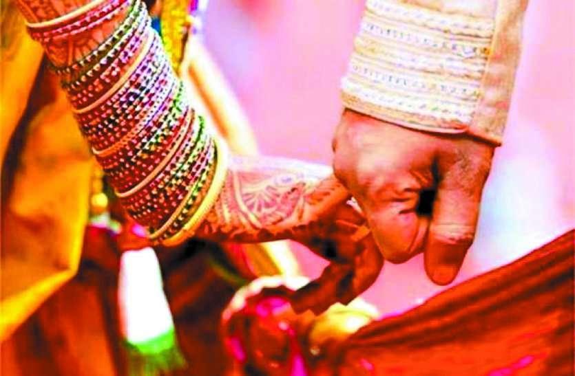 लॉकडाउन बना मिलन में रूकावट, जुदाई से तंग आकर मंगेतर के घर पहुंची युवती, यूं रचाई शादी