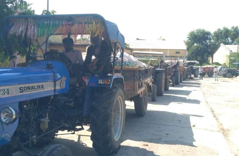 कृषि उपज मंडी में व्यापारियों द्वारा समर्थन मूल्य से कम पर उपज खरीदी पर किसानों ने किया हंगामा