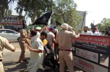 केन्द्रीय राज्यमंत्री का अपने घर में विरोध, त्रिस्तरीय सुरक्षा घेरा तोड़ किसानों का हंगामा