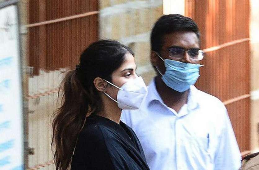Rhea Chakraborty को मिली जमानत तो बॉलीवुड डायरेक्टर बोले- अब कुछ आराम करो