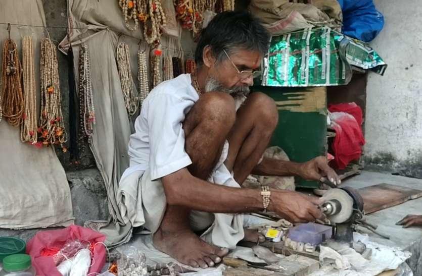 Exclusive : अयोध्या में आज भी हाथों से तुलसी का कंठी बनाये जाने की है परंपरा