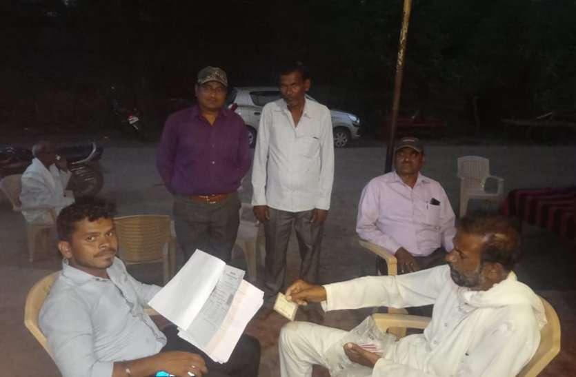 किसानों से सुविधा शुल्क की मांग भी करते हैं पटवारी