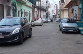 सड़कों पर वाहन पार्किंग से आवागमन में मुसीबत, गड्ढों ने बढ़ाई परेशानी