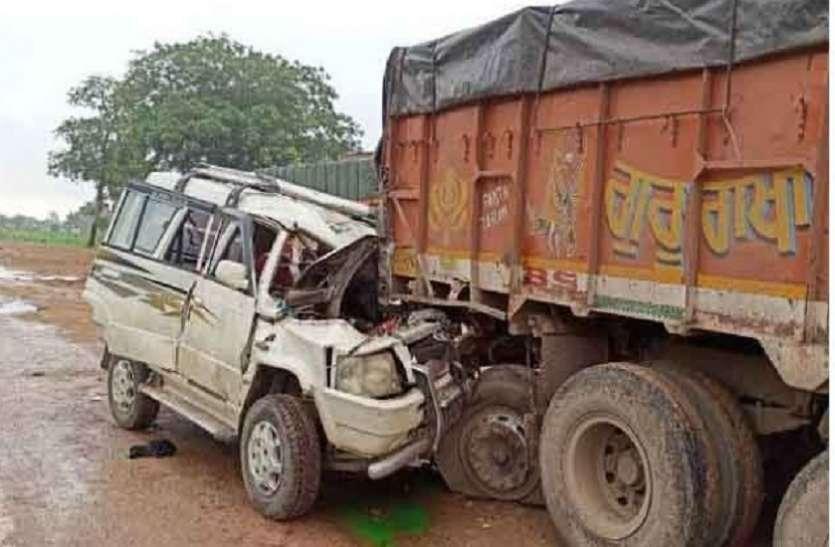 हाइवे पर खड़े ट्रक से भिड़ी पिकअप, वाराणसी के दवा व्यापारी की मौत