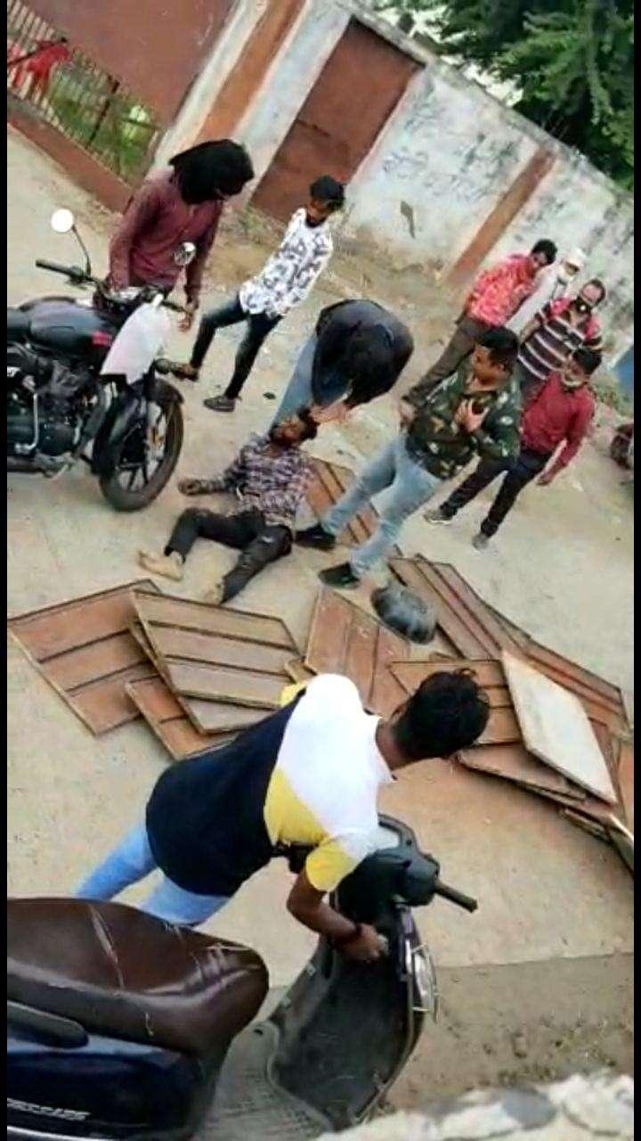 Car riders brutally beaten loading auto driver.jpg