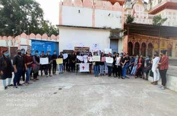 छात्राओं ने हाथ लाल कर मांगी अत्याचारों से सुरक्षा