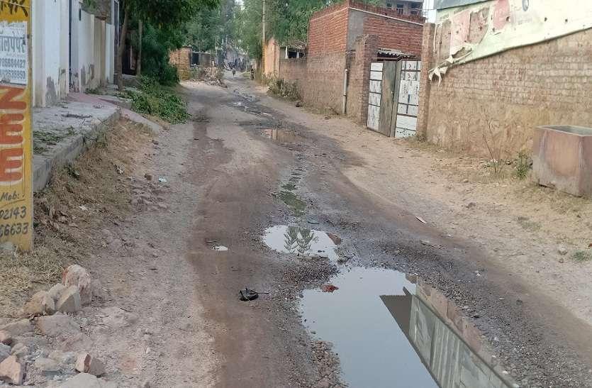 सिटीजन रिपोर्टर... सड़क पर बह रहा गंदा पानी, राहगीर परेशान