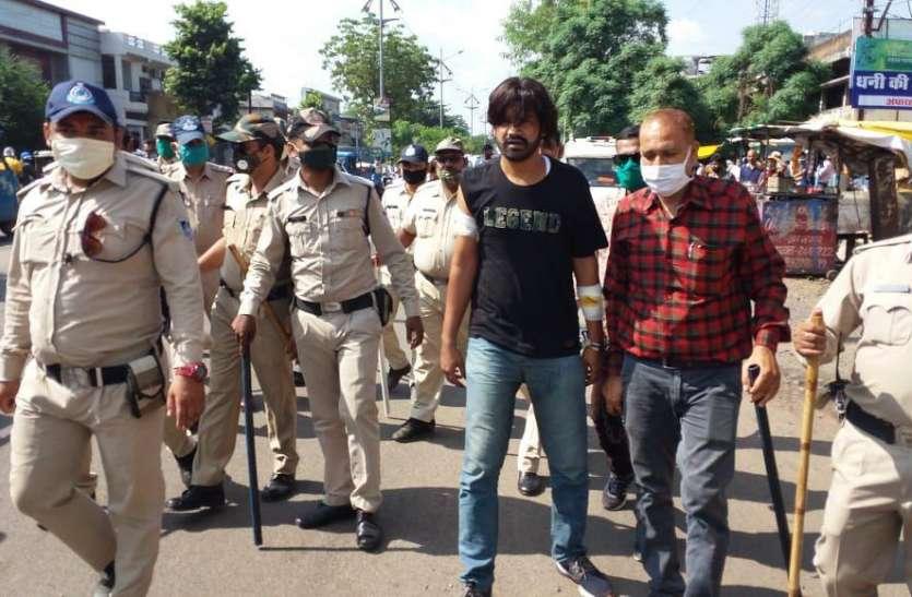 दिनदहाड़े चालक पर बर्बरता दिखाने वाला गाजियाबाद से गिरफ्तार, पुलिस ने निकाला शहर में जुलूस