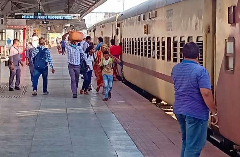 Train and passenger in Katni Mudwara railway station.
