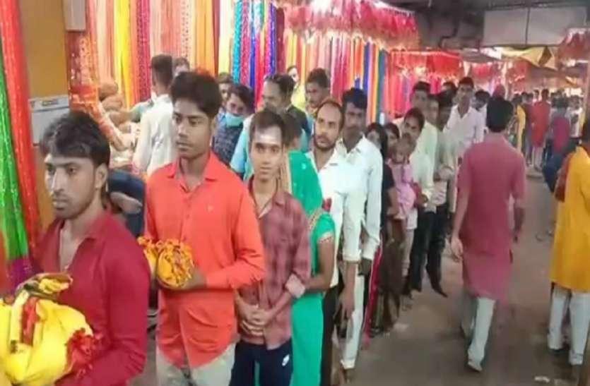 Shardiya Navratri : विंध्याचलके विंध्यवासनी मंदिर में कोरोना के बीच नवरात्र में उमड़ी भक्तों की भारी भीड़