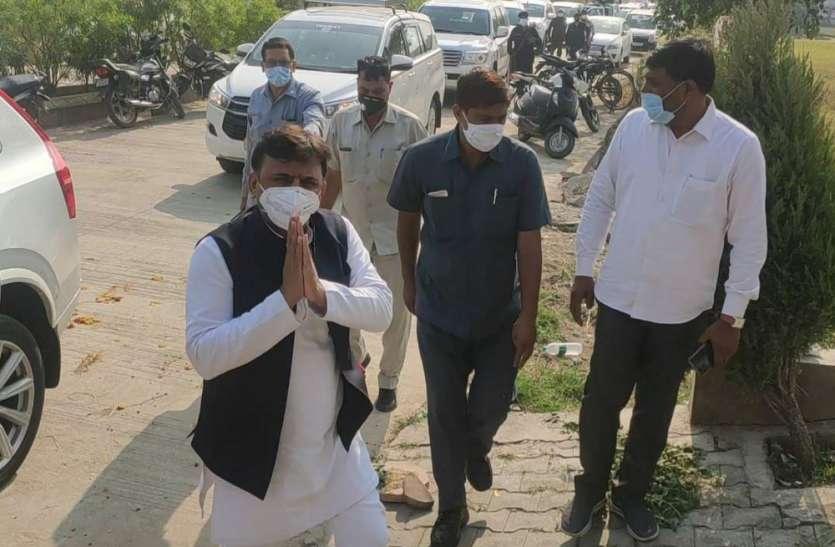 मुलायम के करीबी नेता के निधन से अखिलेश दुखी, दिल्ली से पहुंचे सैफई, शिवपाल यादव समेत तमाम सपाई मौजूद