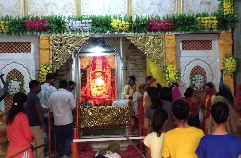 सोशल डिस्टेंस के बीच मां शक्ति मंदिरों में भक्त कर रहे हैं पूजन