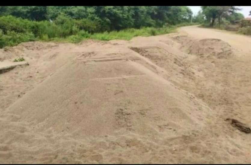 लाखों की रेत चोरी मामले में खनिज अफसर पर रिपोर्ट दर्ज करने की मांग