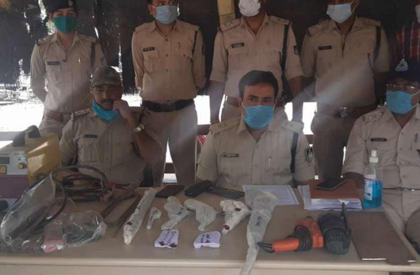 पुलिस ने दबिश देकर अवैध हथियार की फैक्ट्री पकड़ी, आरोपी फरार