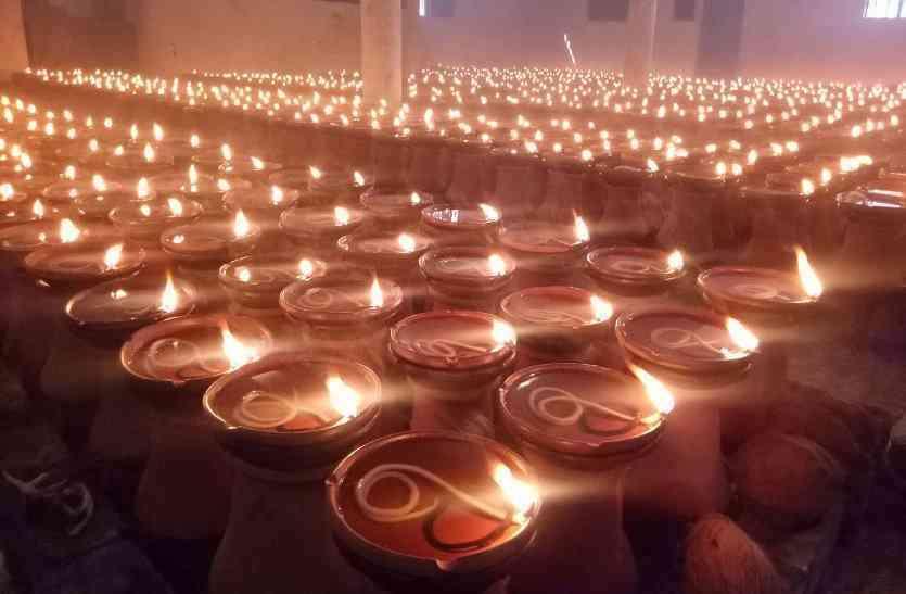 कोरोना के बीच मां बम्लेश्वरी मंदिर में जले आस्था के हजारों ज्योति कलश, एक क्लिक पर लाखों लोग जुड़े ऑनलाइन आरती में
