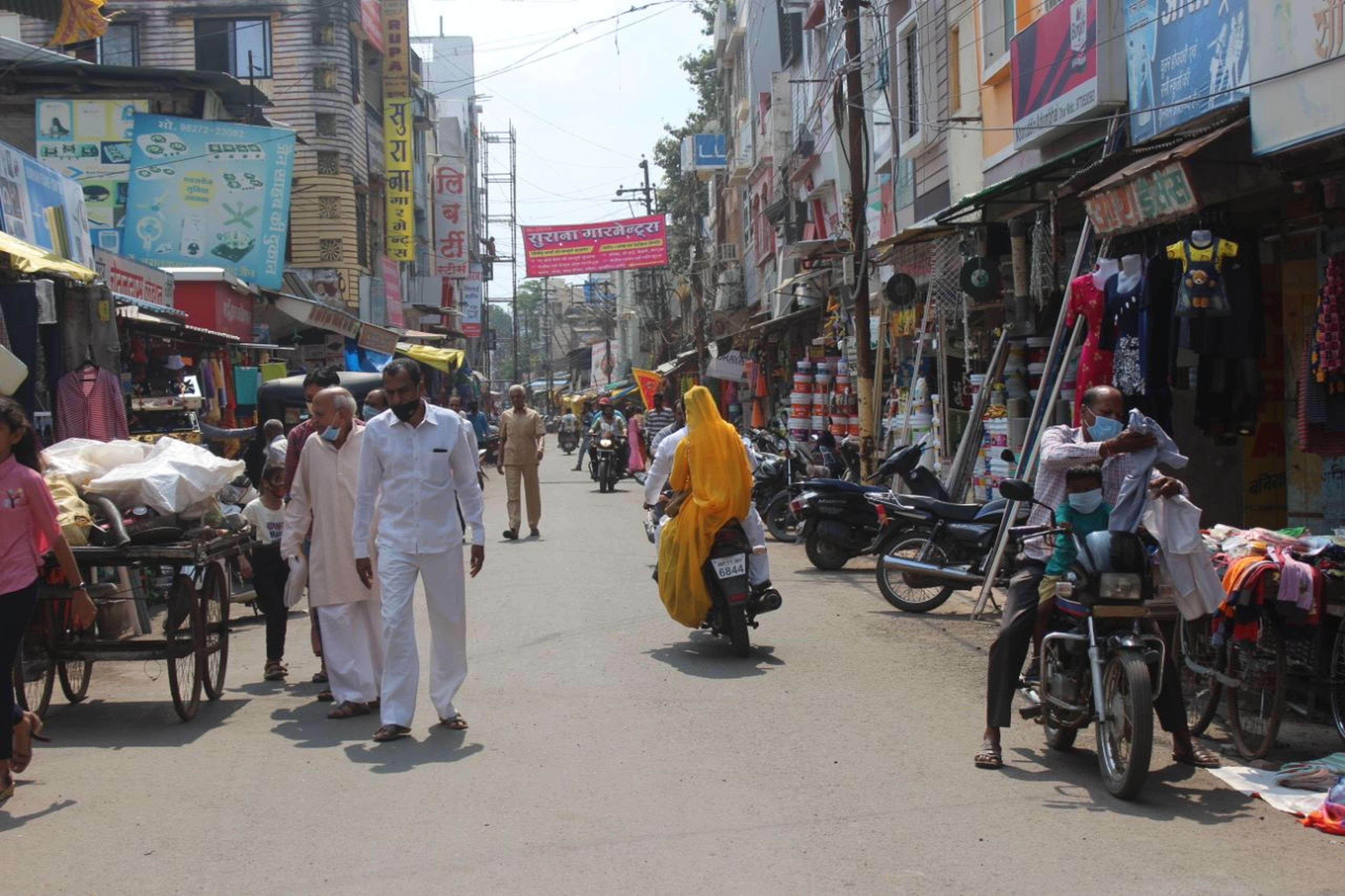 त्योहार के चलते आधा बाजार खुला, पूजन सामग्री और मिठाई दुकानों से लोगों ने की खरीदी (देखे वीडियो)