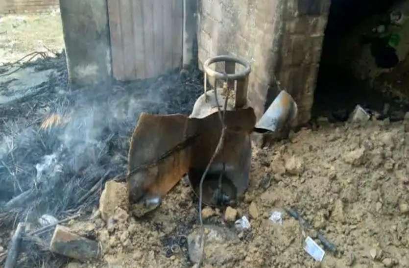 पानी गर्म करने के दौरान फटा गैस सिलेंडर, दर्जन भर लोग झुलसे