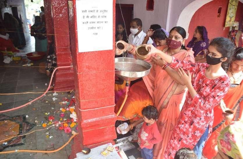 कोरोना से बचने के लिए जबलपुर के इस मंदिर में अंदर पाइप डाल कर बाहर से जल चढ़ाया जा रहा है। फोटो : नवरात्रि पंडा की मडिया गढ़ा मंदिर से अफरोज खान