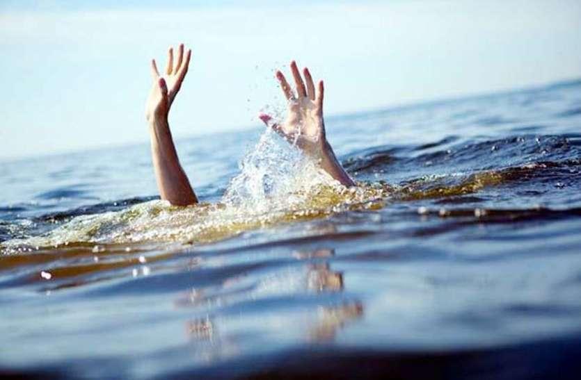 हृदय विदारक हादसा: नदी में डूबते दो बच्चों को बचाने कूदी मां, तीनों की मौत, एक ही चिता पर किया अंतिम संस्कार