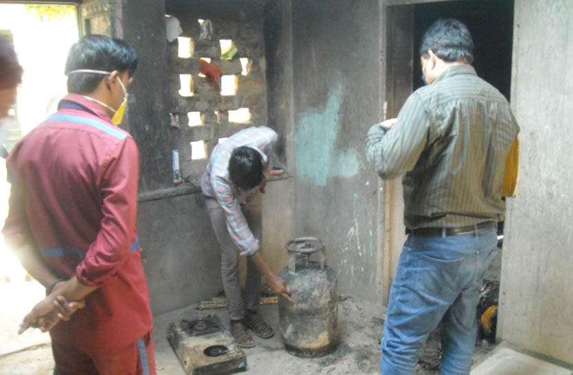 गैस सिलेंडर फटा, आग लगने से सामान जला