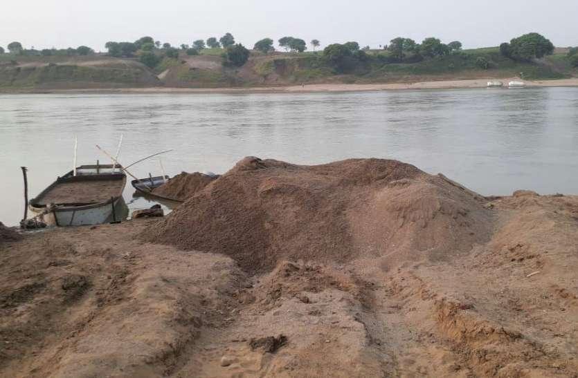 माफिया के कब्जे में जिले के सभी रेत घाट, नदी की धार से निकाल रहे रेत