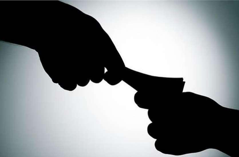 आबकारी विभाग का इंस्पेक्टर 65 हजार रुपए की रिश्वत लेते हुए गिरफ्तार
