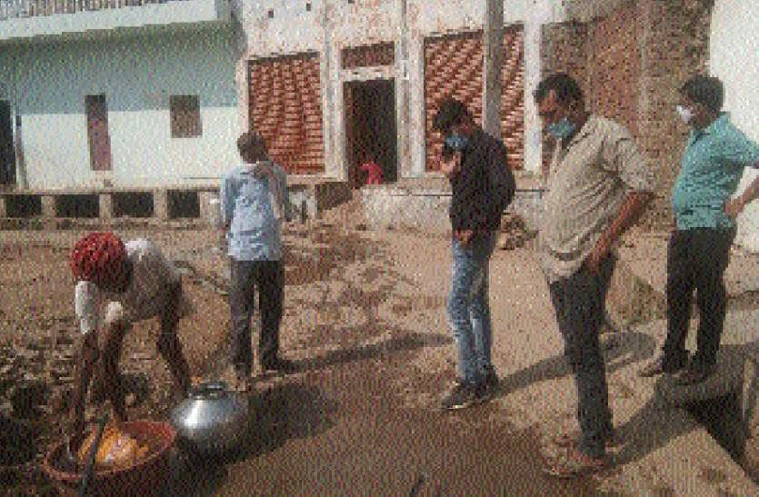 अधिकारी दौड़े समाधान को, ग्रामीणों में दिखी नाराजगी