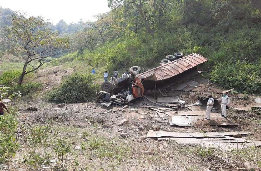 Accident: लोहे की चादर से भरा ट्रक अनियंत्रित होकर खाई में गिरा, फिर हुआ यह