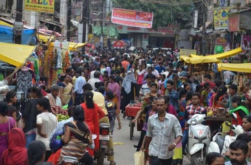 धनतेरस पर बाजार गुलजार, करोनाकाल में बिना मास्क दुकानों में ग्राहकों की उमड़ी भीड़